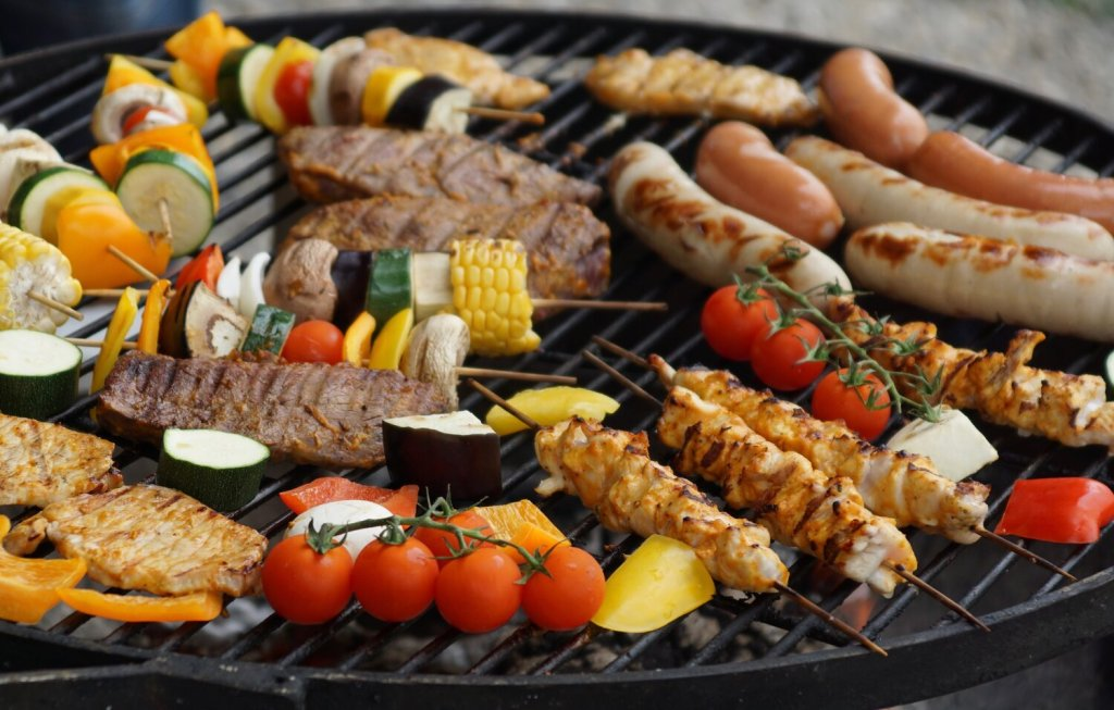 This image has an empty alt attribute; its file name is 2021-06-02moderninnkeeper-howtobarbecuesafely.jpg